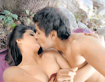 Mahie Gill and Randeep Hooda in Saheb Biwi Aur Gangster