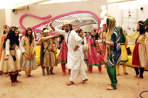 Shakti Kapoor and the girls perform a mujra
