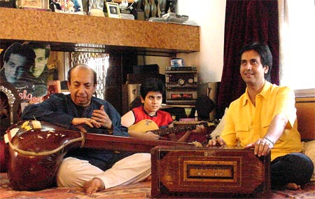 Mahendra Kapoor, his grandson Siddhant and son Ruhan