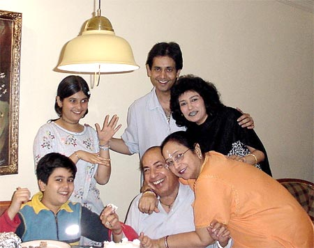 Ruhan's children Sidhant and Rishika, wife Neerja, mother Praveenlata and father Mahendra Kapoor