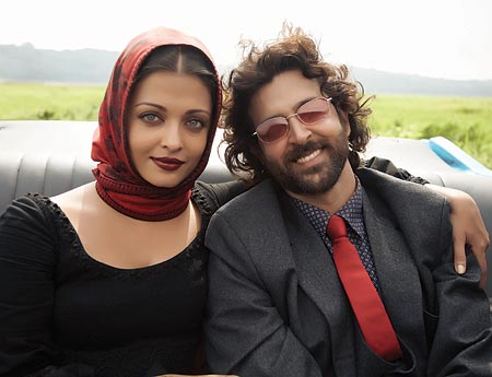 Aishwarya Rai Bachchan and  Hrithik Roshan in Guzaarish