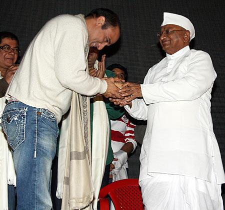Akshaye Khanna greets Anna Hazare