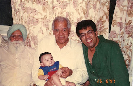 Dara SIngh poses with his son Vindoo and grandson