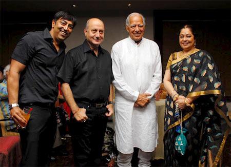 Dara Singh with Anupam Kher, Kirron Kher and Vindu Dara Singh