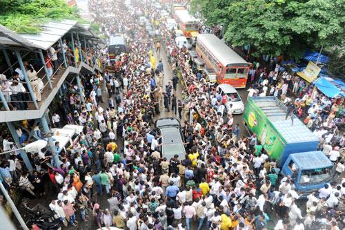 Fans gather for Rajesh Khanna's funeral