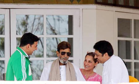 A video grab of Akshay Kumar, Rajesh Khanna, Dimple Kapadia and Rajesh Khanna's manager Ashvin