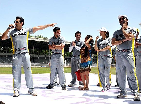 L to R: Salman Khan, Aftab Shivdasani, Sohail Khan, Arpita Khan, Eesha Koppikar and Arbaaz Khan