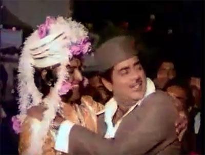 A scene from Aadmi Sadak Ka