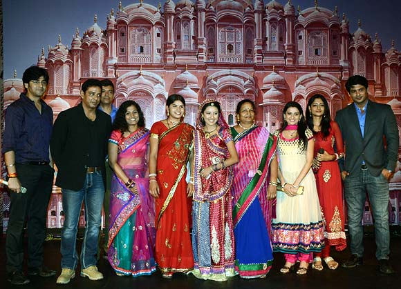 Balika Vadhu team poses with Laxmi Sargara