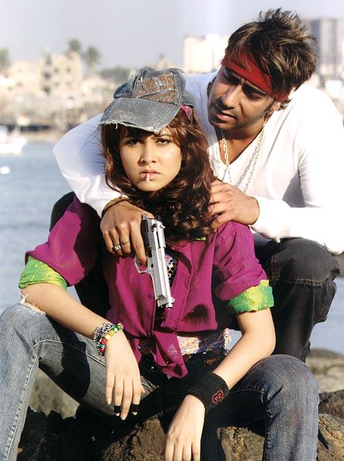 Nisha Kothari and Ajay Devgn in Ram Gopal Varma Ki Aag