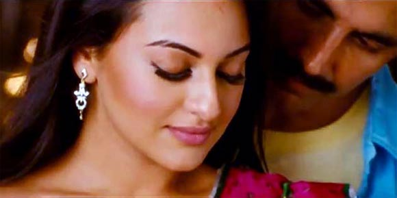Sonakshi Sinha and Akshay Kumar in Rowdy Rathore