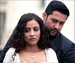 Tia Bajpai and Aftab Shivdsani in 1920 Evil Returns