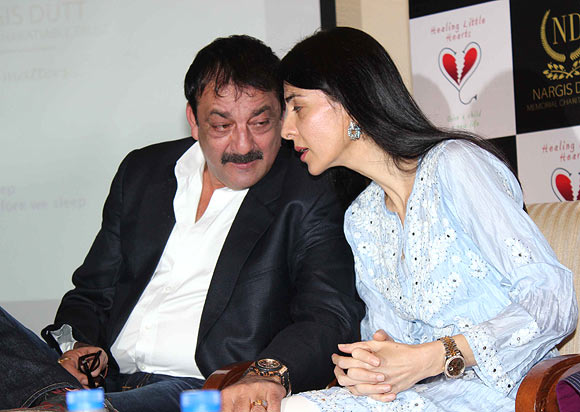 Family Reunion Sanjay Dutt Meets Up With Sisters Rediff
