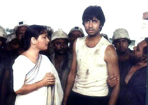 Raakhee and Amitabh Bachchan in Kaala Patthar
