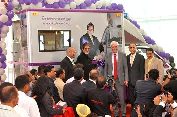 Keith Vaz, Amitabh Bachchan, Peter Beckingham, Dr Jitendra Maganti and Dr Bhujang Pai