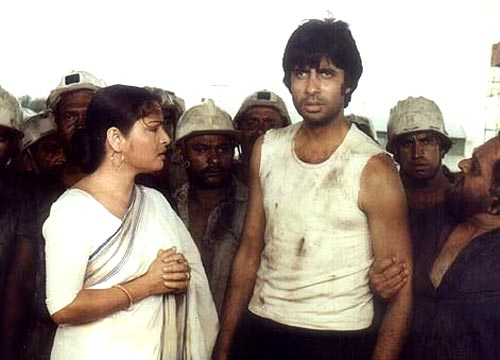Rakhee and Amitabh Bachchan in Kaala Patthar