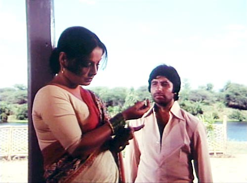Raakhee and Amitabh Bachchan in Kaala Patthar