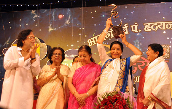 Pt Hridaynath Mangeshkar, Meena Khadikar, Usha Mangeshkar, Asha Bhosle and Lata Mangeshkar