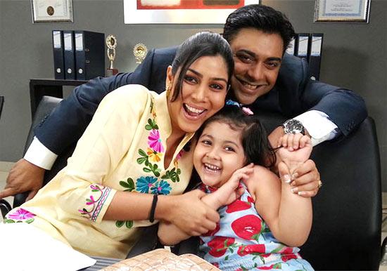Sakshi Tanwar, Ram Kapoor, Amrita Mukherjee in Bade Achhe Lagte Hai