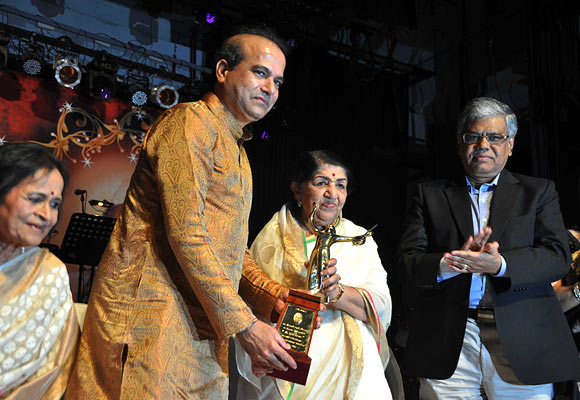 Suresh Wadkar, Lata Mangeshkar and D Sarkar Chairman and MD of Union Bank of India