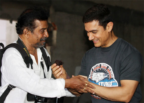 Aamir Khan accepts photographer Pradeep Bandekar's congratulations