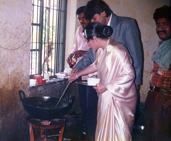 Rakhee cooks Prawn Curry on the sets