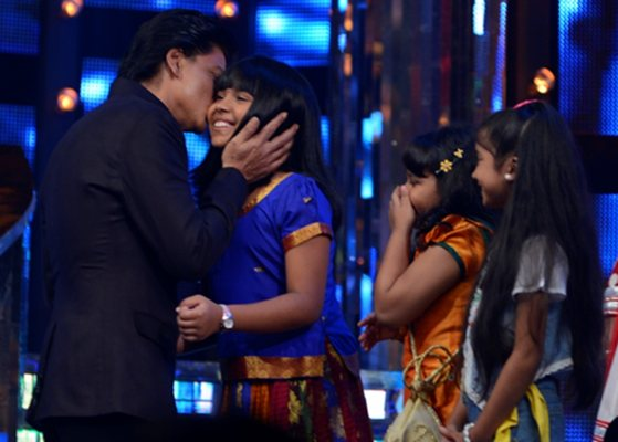 Shah Rukh Khan with the junior contestants
