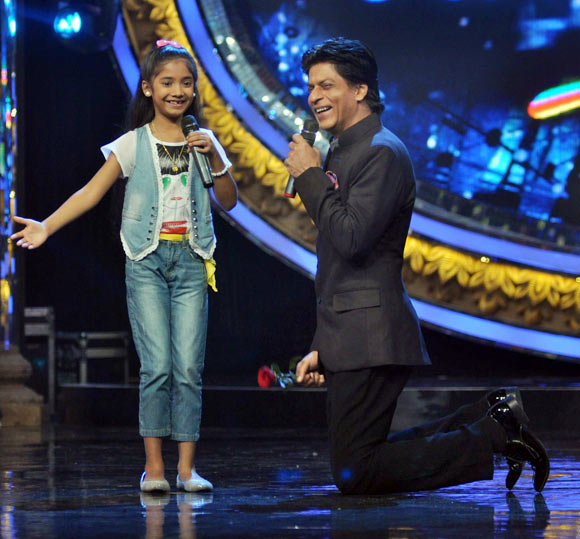 Shah Rukh Khan with an Indian idol Junior contestant