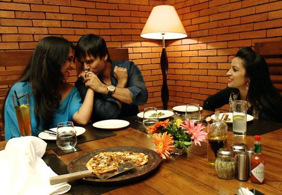 Vivek Oberoi along with wife Priyanka and host Garima
