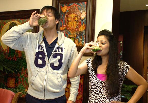 Vivek Oberoi drinks bitter gourd juice with Breakfast To Dinner host Garima