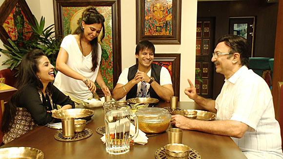 Vivek Oberoi with wife Priyanka, father Suresh Oberoi and host Garima