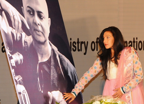 Actress Rituparna Sengupta pays homage to filmmaker late Rituparno Ghosh.