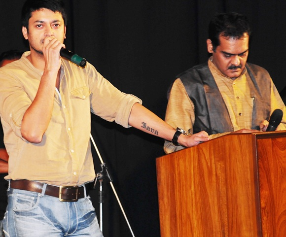 Actors Jishu Sengupta (left) and Kaushik Ghosh pay tribute to filmmaker late Rituparno Ghosh at an event in Kolkata on Thursday.