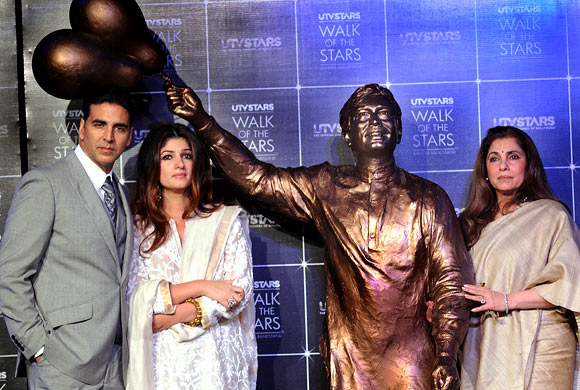 Akshay Kumar, his wife Twinkle and mother-in-law Dimple Kapadia unveil a bronze statue of legendary actor Rajesh Khanna.