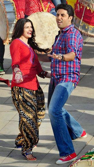 Prachi Desai and Abhishek Bachchan in Bol Bachchan