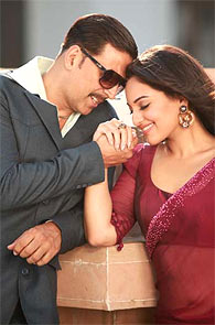 Akshay Kumar and Sonakshi Sinha in Once Upon Ay Time In Mumbai Dobaara