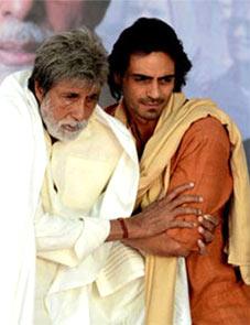 Amitabh Bachchan and Arjun Rampal in Satygaraha
