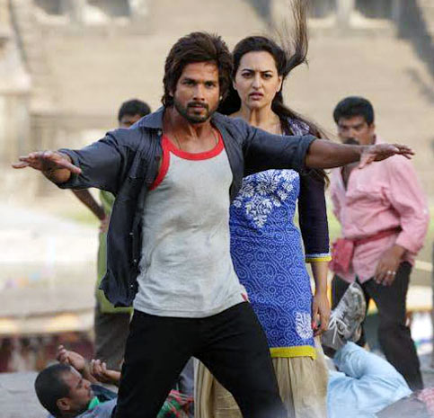 Shahid Kapoor and Sonakshi Sinha in R... Rajkumar