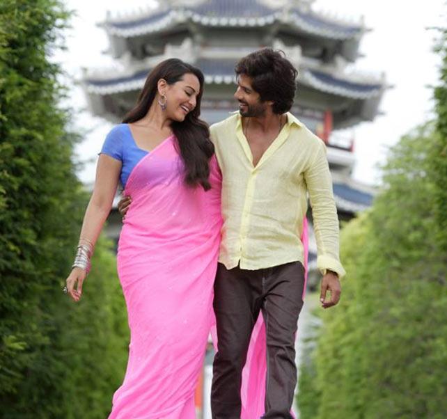 Sonakshi Sinha with Shahid Kapoor in R... Rajkumar