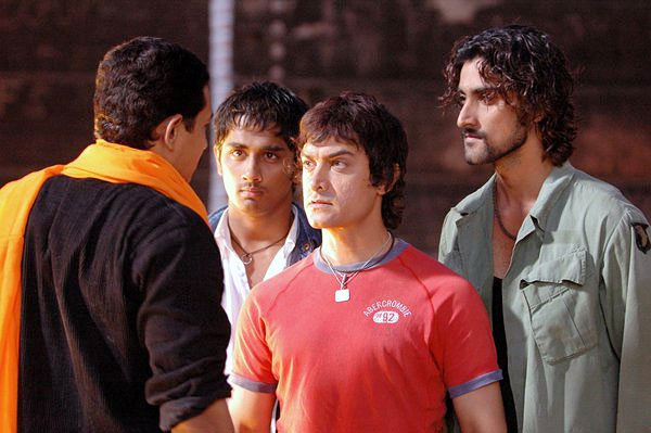 Aamir Khan with Atul Kulkarni, Siddharth and Kunal Kapoor in Rang De Basanti
