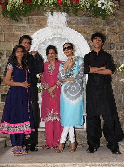 Shah Rukh Khan with daughter Suhana, sister Shehnaz, wife Gauri and son Aryan