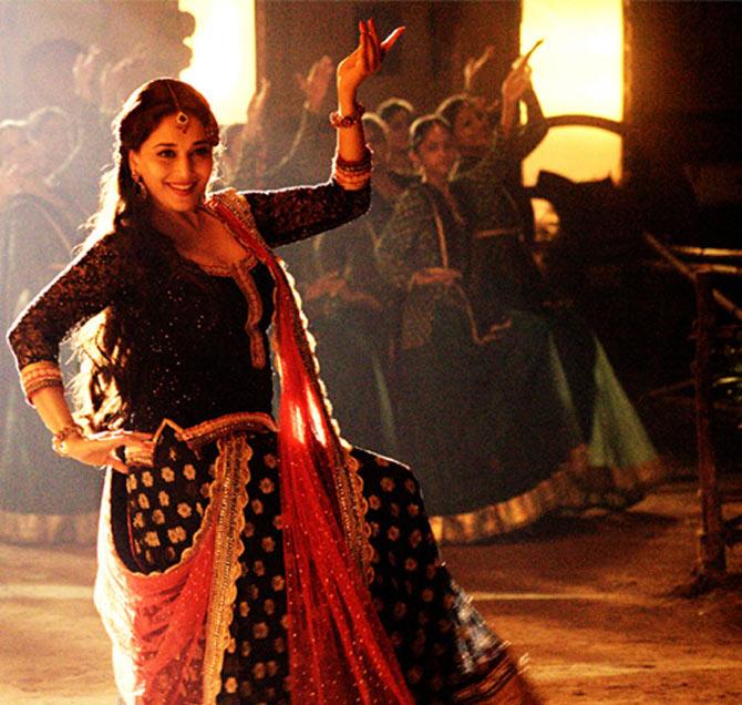 Madhuri Dixit dancing to Hamari Atariya in Dedh Ishqiya