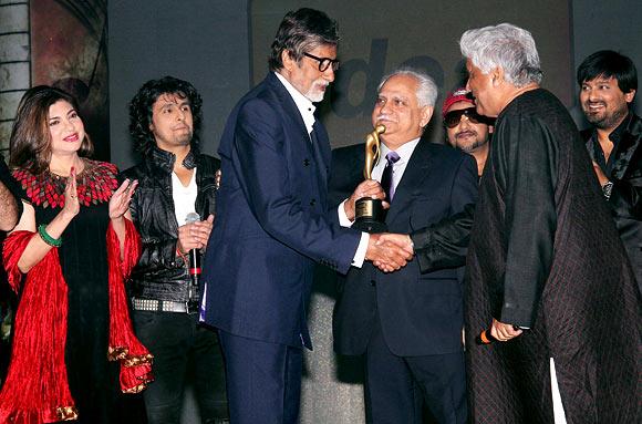 From L to R: Alka Yagnik, Sonu Nigam, Amitabh Bachchan, Ramesh Sippy, Javed Akhtar and Sajid-Wajid