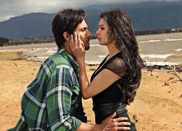 Randeep Hooda and Sara Loren in Murder-3