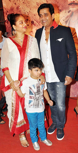 Ravi Kissen with wife Preeti and son