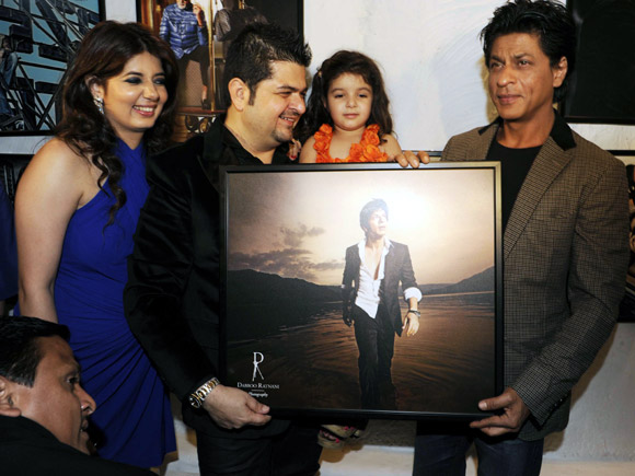 Shah Rukh Khan with Dabboo Ratnani, his wife Manisha Ratnani and kids