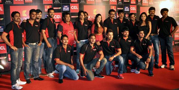 Telugu Warriors with Venkatesh and Charmee (Centre)