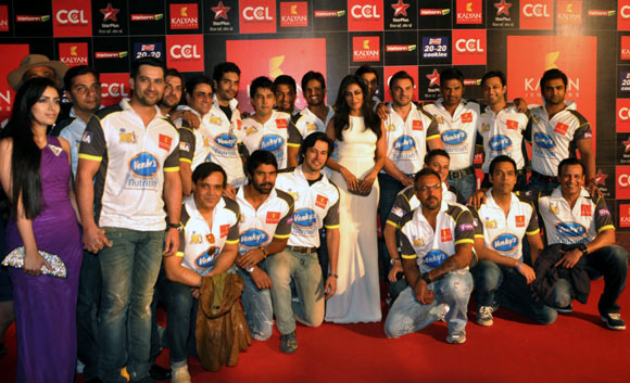 Chitrangada Singh with Sohail Khan, Suniel Shetty, Vatsal Seth and Sachiin Joshi on her left. Down (L to R): Yahs Tonk, Shabir Ahluwalia, Rajneesh Duggal, Apoorva Lakhia and Sameer Kocchar