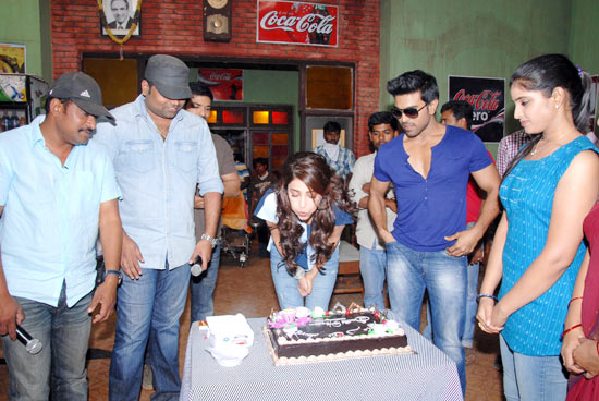 Shruti Haasan and Ram Charan Teja (on her left) and director Vamsi Paidipally on her right