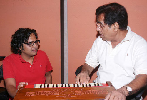 Shamir Tandon, left, with Jagjit Singh.